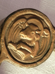 Der Aufsatz der Zwölf-Apostel-Kirche Berlin für die Altarbibel zeigt das Symbol: Das Evangelistensymbol des Lukas ist der (geflügelte) Stier – dieser wird auch Flügelstier genannt.